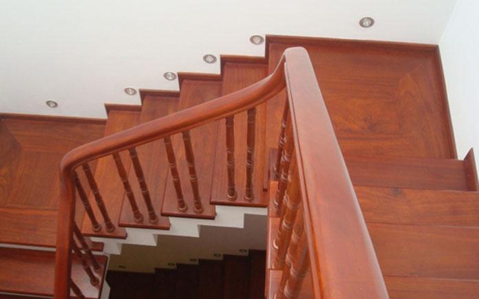Cầu thang gỗ tại Vinh